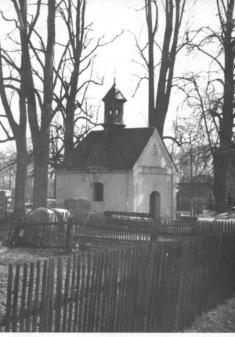 Původní kaple sevzrostlými lípami