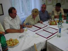 Podpis smlouvy ospolupráci mezi obcemi Cigeľ aVikýřovice